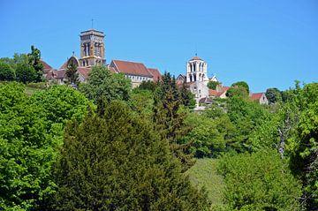 Vue de la ville de pèlerinage de Vézelay avec sa basilique en Bourgogne