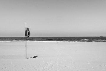 Einsame Figur an einem verlassenen Strand von Reis Genie