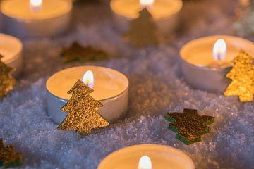 Advent en kerstsfeer met kaarsen en gouden kerst van Alex Winter