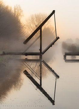 Bruggetje in de mist van Karel Ton