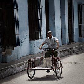 Man op  bakfiets in Sancti Spiritus Cuba van Karel Ham