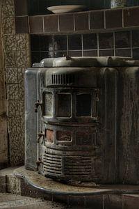 Een oude kachel in een verlaten huis