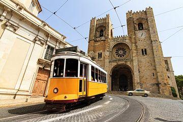 Tram en Kathedraal in Lissabon van Dennis van de Water