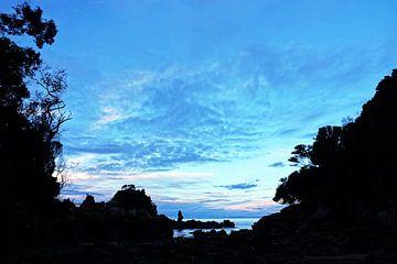 Zonsondergang bij de rotsen van Kaiteriteri in Nieuw Zeeland van