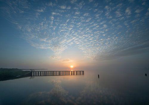 zonsopkomst met reflectie op water
