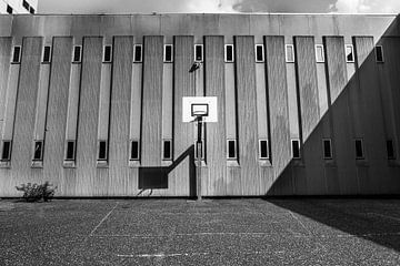 Luchtruimte bijlmerbajes Amsterdam in zwart-wit von Yannick uit den Boogaard