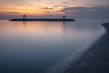 Twee gazebos in de oceaan, gezien vanaf het strand in Sanur, Bali voor zonsopkomst van Anges van der Logt