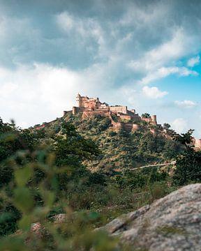 Kumbhalgarh Fort auf einem Berg in Indien. von Niels Rurenga