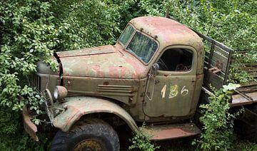 Alter Lastwagen der russischen Armee in Bulgarien, urbex von Ger Beekes