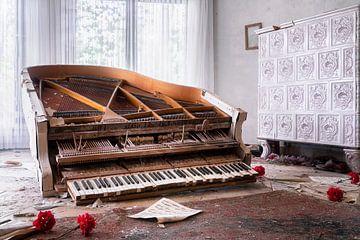 Verlaten Piano met Bloemen. van Roman Robroek