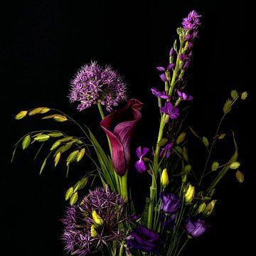 Blumenstrauß mit lila Blüten von Hanneke Luit