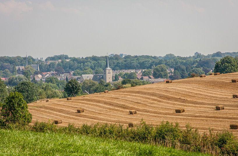 Uitzicht over Simpelveld  met kerk en strobalen van John Kreukniet