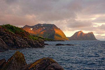 Senjas Berge im Schein der Mitternachtssonne - Norwegen Senja von Gisela Scheffbuch