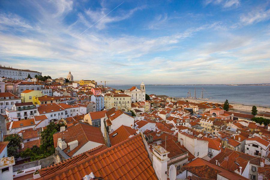 Lissabon uitzicht over de daken vanaf Miradouro das Portas do Sol