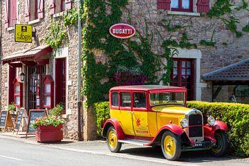 Französisches Hotel mit Oldtimer von Yolanda Hubert-Raaphorst