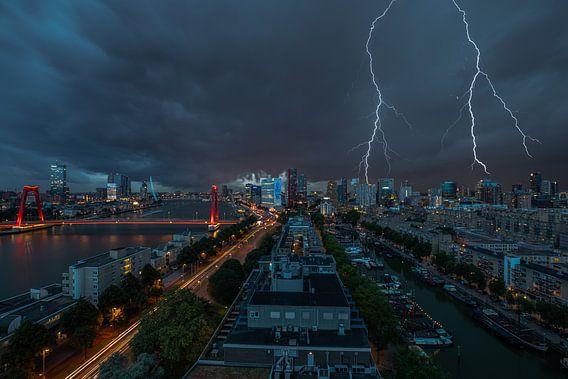 De skyline van Rotterdam met bliksem boven het stadscentrum