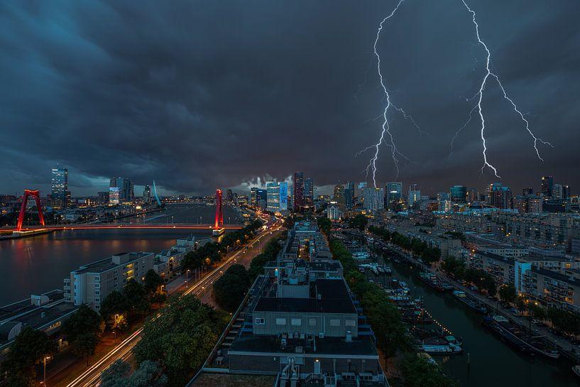 De skyline van Rotterdam met bliksem boven het stadscentrum van MS Fotografie | Marc van der Stelt