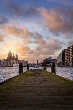 Pier die uitkijkt op de Basiliek van de Heilige Nicolaas en Amsterdam van Bart Ros