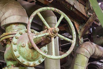 Industriele afsluiter in een verlaten fabriek von Tonko Oosterink