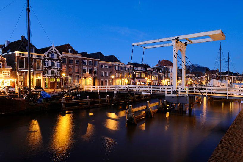 Thorbeckegracht in Zwolle in de avond met het Pelserbrugje van Merijn van der Vliet