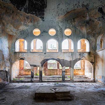 Verlassene Synagoge im Verfall. von Roman Robroek