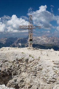 Kruis op de top bij Sass Pordoi van Rudolf Brandstätter