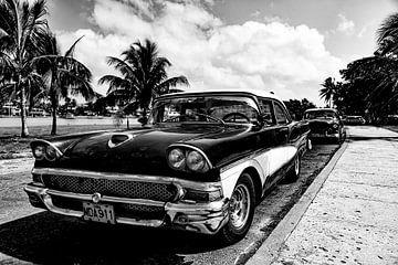 Cubaanse auto met kenteken MDA 911 (zwart wit)
