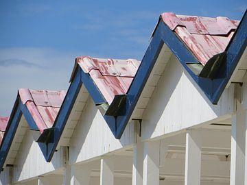 een rij strandhuisjes van Clementine aan de Stegge