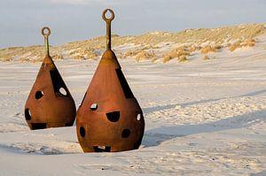 Oude verroeste boeien op het strand