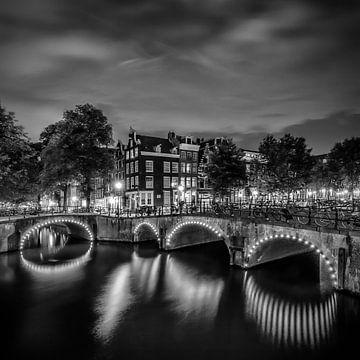 AMSTERDAM Idyllic nightscape from Keizersgracht and Leliegracht | Monochrome sur Melanie Viola