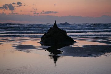 Zonsondergang met St. Mont Michel zand sculptuur van Monique van Middelkoop