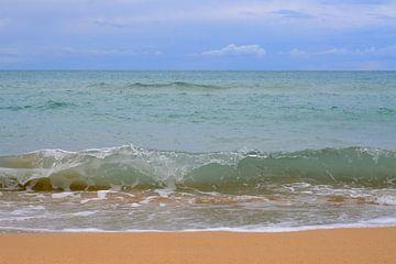 Blauwe lucht, turquoise Ionische zee, oker zand van Annavee