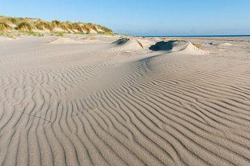 Zandstructuren op het strand van Beschermingswerk voor aan uw muur