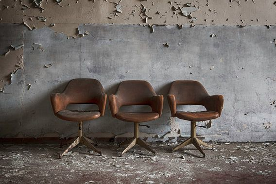 Drie stoelen voor de muur