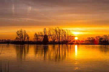 Gekleurde ijskoude zonsopkomst  van Ab Donker