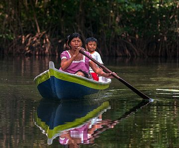 Guatemala: Roeiende mensen (Rio Dulce) van Maarten Verhees