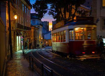 Klassieke tram op een avond in Alfama, Lissabon van Teun Janssen