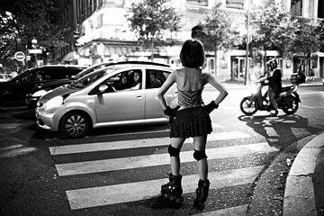 Vrouw op skates in Parijs van Ties van Veelen