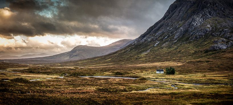 Die Lagangarbh-Hütte in Glen Coe bei Abendlicht von Michiel Mulder