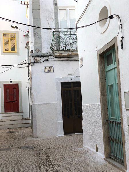 de straten van Olhao Portugal van Henriette Tischler van Sleen
