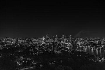 Rotterdam bei Nacht Schwarz-Weiß von Jarno Dorst