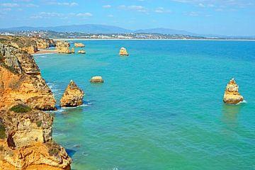 Rotskust bij Lagos in de Algarve van Portugal van Nisangha Masselink