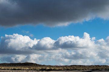 Wolken met blauwe lucht in een mooie wolkenpartij boven het duingebied van Ronald H