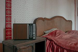 Vintage radio in verlaten villa