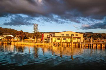 Havenfaciliteiten in Coromandel in het avondlicht, Nieuw-Zeeland van Christian Müringer