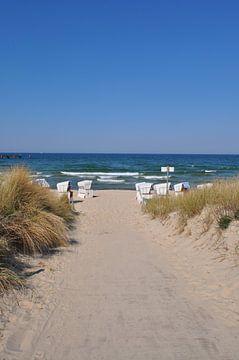 weiße Strandkörbe am Nordstrand in Göhren auf Rügen von GH Foto & Artdesign