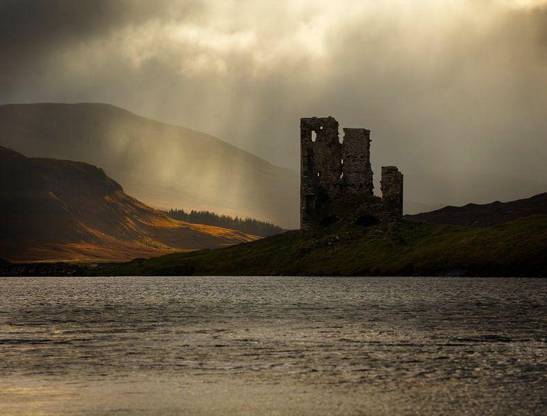 Ardvreck kasteel aan Loch Assynt in Schotland van Jos Pannekoek