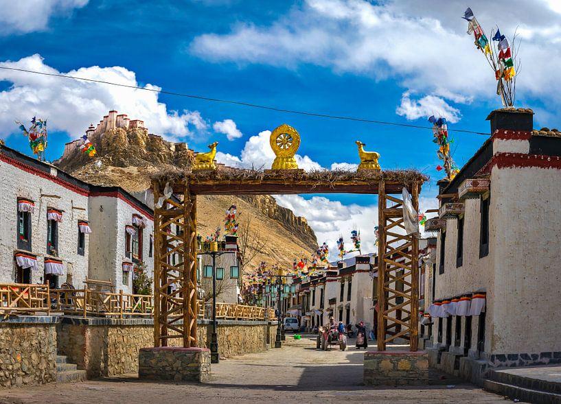 Straatbeeld in een oud deel van Gyantse, Tibet van Rietje Bulthuis