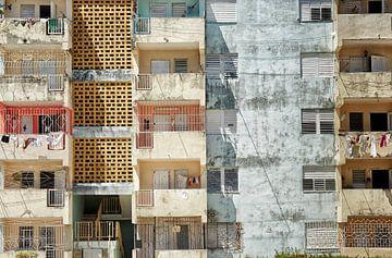 Grand vieil immeuble d'appartements / immeuble typique de l'époque communiste à La Havane, Cuba sur Tjeerd Kruse