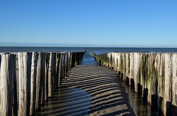 golfbrekers voor de kust van de Noordzee bij Domburg, provincie Zeeland, Nederland van Robin Verhoef